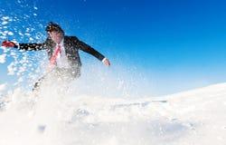 Hombre de negocios Snow Boarding en la colina Foto de archivo