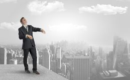 Hombre de negocios soñoliento en el top de la ciudad foto de archivo libre de regalías