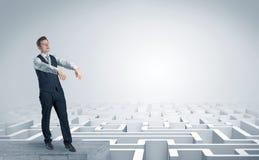 Hombre de negocios soñoliento en el top de un laberinto imagen de archivo libre de regalías