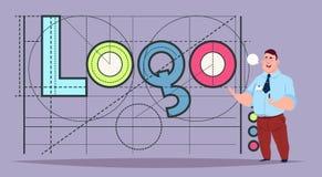 Hombre de negocios sobre Logo Word Creative Graphic Design en fondo geométrico abstracto de las formas Imagen de archivo