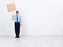 Hombre de negocios solo con el cartel vacío Imagenes de archivo