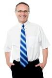 Hombre de negocios sonriente aislado sobre blanco Foto de archivo