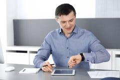 Hombre de negocios sonriente alegre que trabaja con el ordenador en oficina moderna Headshot del empresario o del director de sex fotos de archivo libres de regalías