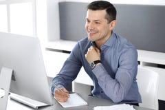 Hombre de negocios sonriente alegre que trabaja con el ordenador en oficina moderna Headshot del empresario o del director de sex fotos de archivo