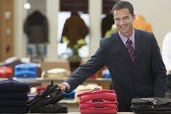 Hombre de negocios sonriente At Clothes Store fotografía de archivo libre de regalías