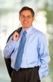 Hombre de negocios sonriente con el fondo de Bokeh Fotografía de archivo