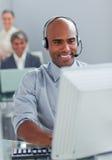 Hombre de negocios sonriente con el receptor de cabeza Foto de archivo libre de regalías
