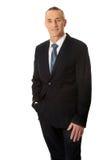 Hombre de negocios sonriente con la mano en bolsillo Imagenes de archivo
