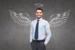 Hombre de negocios sonriente con las alas y nimbo del ángel fotografía de archivo libre de regalías