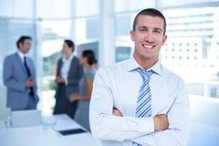 Hombre de negocios sonriente con los brazos cruzados Imagenes de archivo