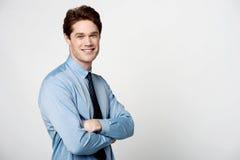 Hombre de negocios sonriente con los brazos cruzados fotografía de archivo