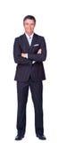 Hombre de negocios sonriente con los brazos plegables Imagen de archivo