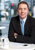 Hombre de negocios sonriente en el café imagen de archivo