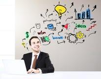Hombre de negocios sonriente en el lugar de trabajo Imagen de archivo libre de regalías