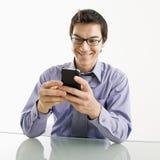 Hombre de negocios sonriente en el teléfono celular. Imágenes de archivo libres de regalías
