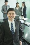 Hombre de negocios sonriente en la sala de conferencias Foto de archivo libre de regalías