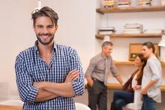 Hombre de negocios sonriente en oficina Imagen de archivo
