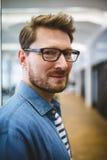 Hombre de negocios sonriente en oficina creativa fotos de archivo libres de regalías