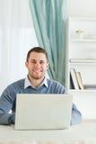 Hombre de negocios sonriente en su homeoffice Foto de archivo libre de regalías