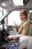 hombre de negocios sonriente en su mundo material sin hilos Imagenes de archivo