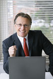 Hombre de negocios sonriente feliz Fotografía de archivo libre de regalías