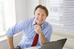 Hombre de negocios sonriente feliz Imagen de archivo