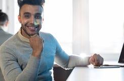 Hombre de negocios sonriente feliz hispánico de Sit Desk Modern Coworking Space del hombre de negocios Imágenes de archivo libres de regalías