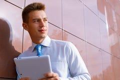Hombre de negocios sonriente Holding Tablet Computer Imagen de archivo