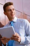 Hombre de negocios sonriente Holding Tablet Computer Foto de archivo