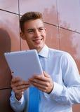 Hombre de negocios sonriente Holding Tablet Computer Foto de archivo libre de regalías