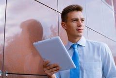 Hombre de negocios sonriente Holding Tablet Computer Fotografía de archivo