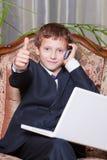 Hombre de negocios sonriente joven con el ordenador que muestra OK Fotos de archivo libres de regalías
