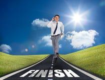 Hombre de negocios sonriente que corre en un camino Fotografía de archivo libre de regalías
