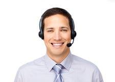 Hombre de negocios sonriente que habla en el receptor de cabeza foto de archivo