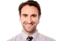 Hombre de negocios sonriente que le mira Imágenes de archivo libres de regalías