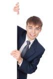 Hombre de negocios sonriente que lleva a cabo a la tarjeta en blanco blanca Fotos de archivo libres de regalías