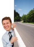 Hombre de negocios sonriente que lleva a cabo una imagen Fotografía de archivo