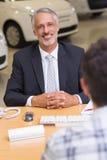 Hombre de negocios sonriente que mira la cámara fotografía de archivo libre de regalías