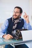 Hombre de negocios sonriente que trabaja en la máquina de escribir Imagen de archivo
