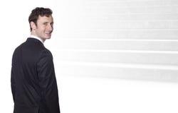 Hombre de negocios sonriente y los pasos de progresión al éxito Imagen de archivo