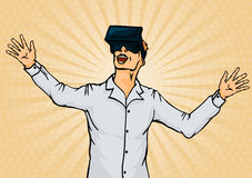 Hombre de negocios sorprendente en gafas de la realidad virtual Imagen de archivo