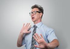 Hombre de negocios sorprendido y asustado en vidrios Imagenes de archivo