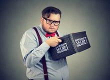 Hombre de negocios sospechoso que guarda secretos imagen de archivo