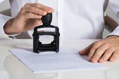 Hombre de negocios Stamping Contract Document foto de archivo