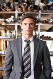 Hombre de negocios Standing In Manufacturing Warehouse foto de archivo libre de regalías