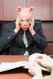 Hombre de negocios subrayado en máscara del cerdo fotografía de archivo libre de regalías