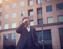 Hombre de negocios subrayado preocupante afuera Fotos de archivo