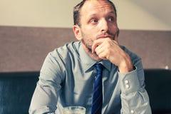Hombre de negocios subrayado que consigue un dolor de cabeza en casa en el ro vivo Imagenes de archivo