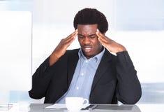 Hombre de negocios Suffering From Headache foto de archivo libre de regalías