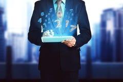 Hombre de negocios, tableta conmovedora del ordenador con el número 2017 Imagen de archivo